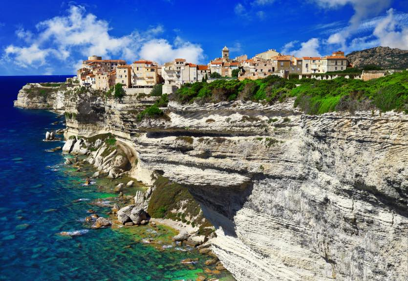 visiter-bonifacio.jpg (panorama of Bonifacio, old town at sea cliff, Corsica...