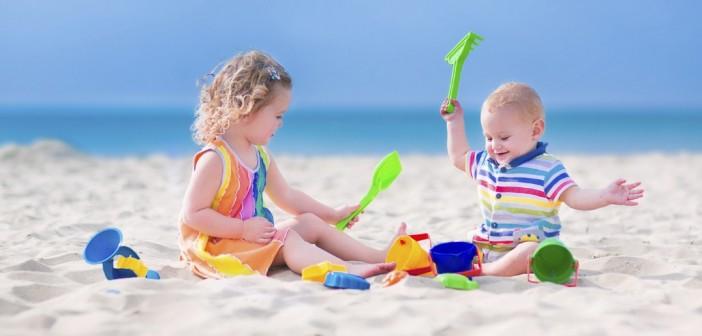 Bébé à la plage : accessoires incontournables et précautions à prendre