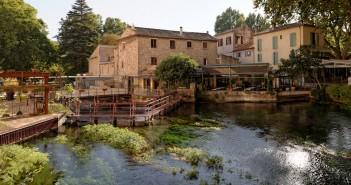 Découvrir Fontaine-de-Vaucluse, un village insolite