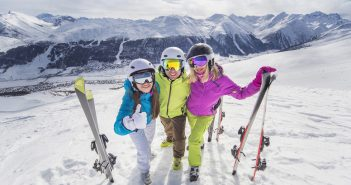 Vacances au ski entre amis : où passer un séjour sportif et festif avec Belambra ?