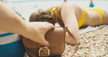 Comment éviter les pickpockets dans les lieux touristiques ?